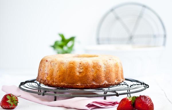 Guglhupf mit Erdbeeren Rezept Erdbeerkuchen Rührkuchen