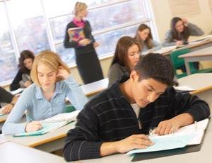 imagem de jovens estudantes em sala de aula