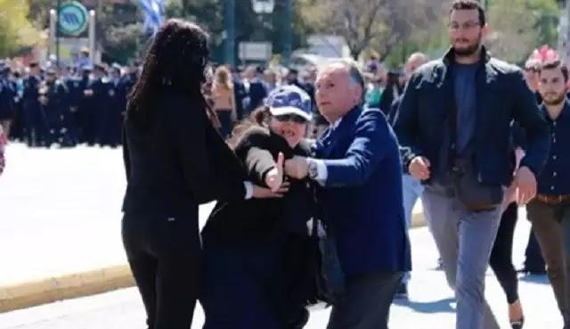 Έξαλλη η Ελένη Λουκά στην παρέλαση: «Όλοι είστε Τούρκοι μουσουλμάνοι» [βίντεο]