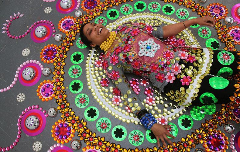 Artista hace fascinantes caleidoscopios temporales en el suelo a partir de miles de gemas