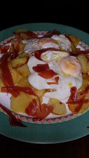 Huevos rotos con jamón al horno