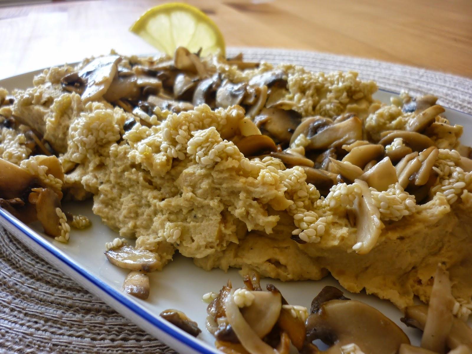 Hummus mit Sesamtopping und gebratenen Champignons