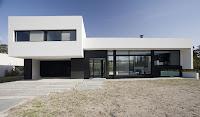 foto fachada de casa moderna blanca grande alargada de dos plantas