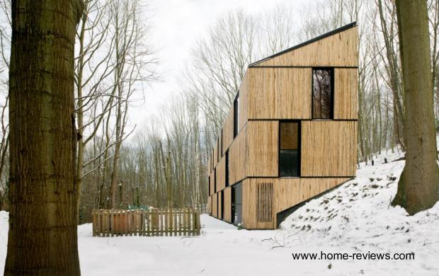 Casa contemporánea en Bélgica con cubiertas de paneles hechos con bambú