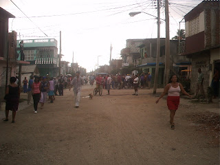 Siguen los desalojos en Cuba socialista: Viviendas reducidas a escombros en Bayamo  Protesta+del+pueblo+bayames+ante+los+desalojos+PICT0237