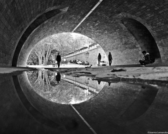 Joanna Lemanska fotografia Paris reflexos através poças de água Pont de la Tournelle