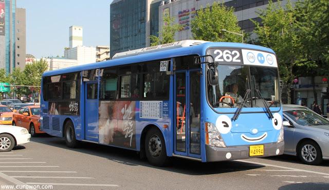 Autobús de Seúl pintado como Tayo