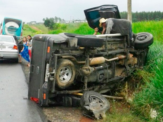 Motorista da caminhonete ficou ferido, mas passa bem, diz PRF (Foto: Leandro Alves/Bahia na Mídia)
