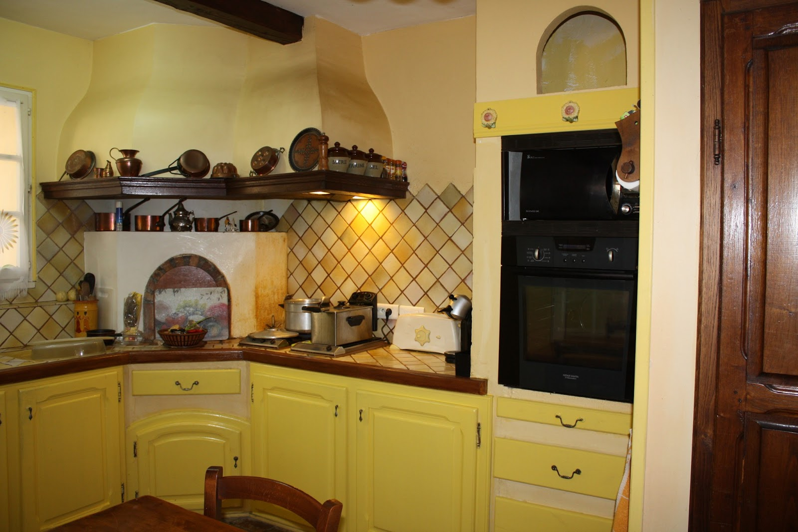 Changement de d cors la cuisine peinture mur et patine for Cuisine mur jaune