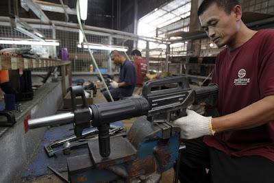 SEORANG pekerja memeriksa selaras senjata api di kilang Shooters Arms Manufacturing di bandar Cebu pada 7 Julai lalu.