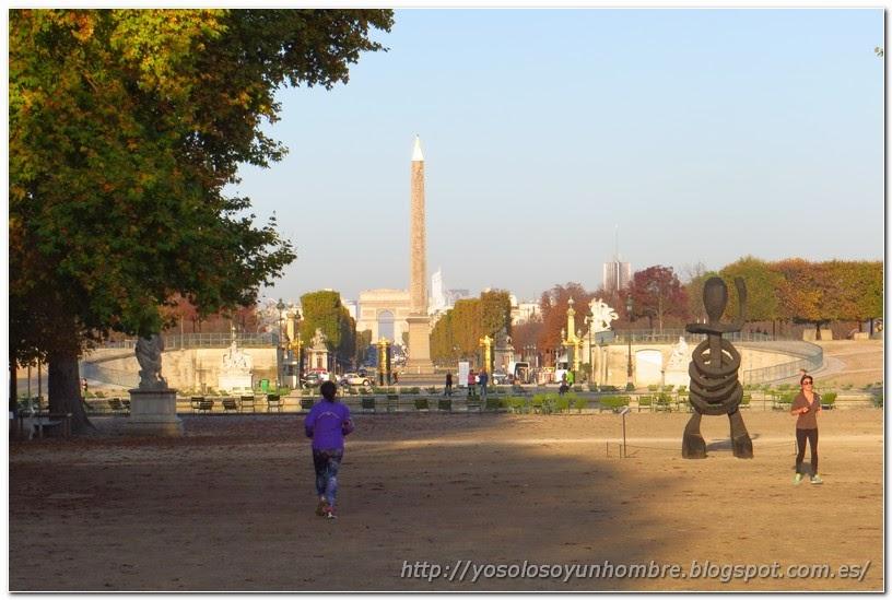 Al fondo Obelisco de la Concordia y Arco del Triunfo