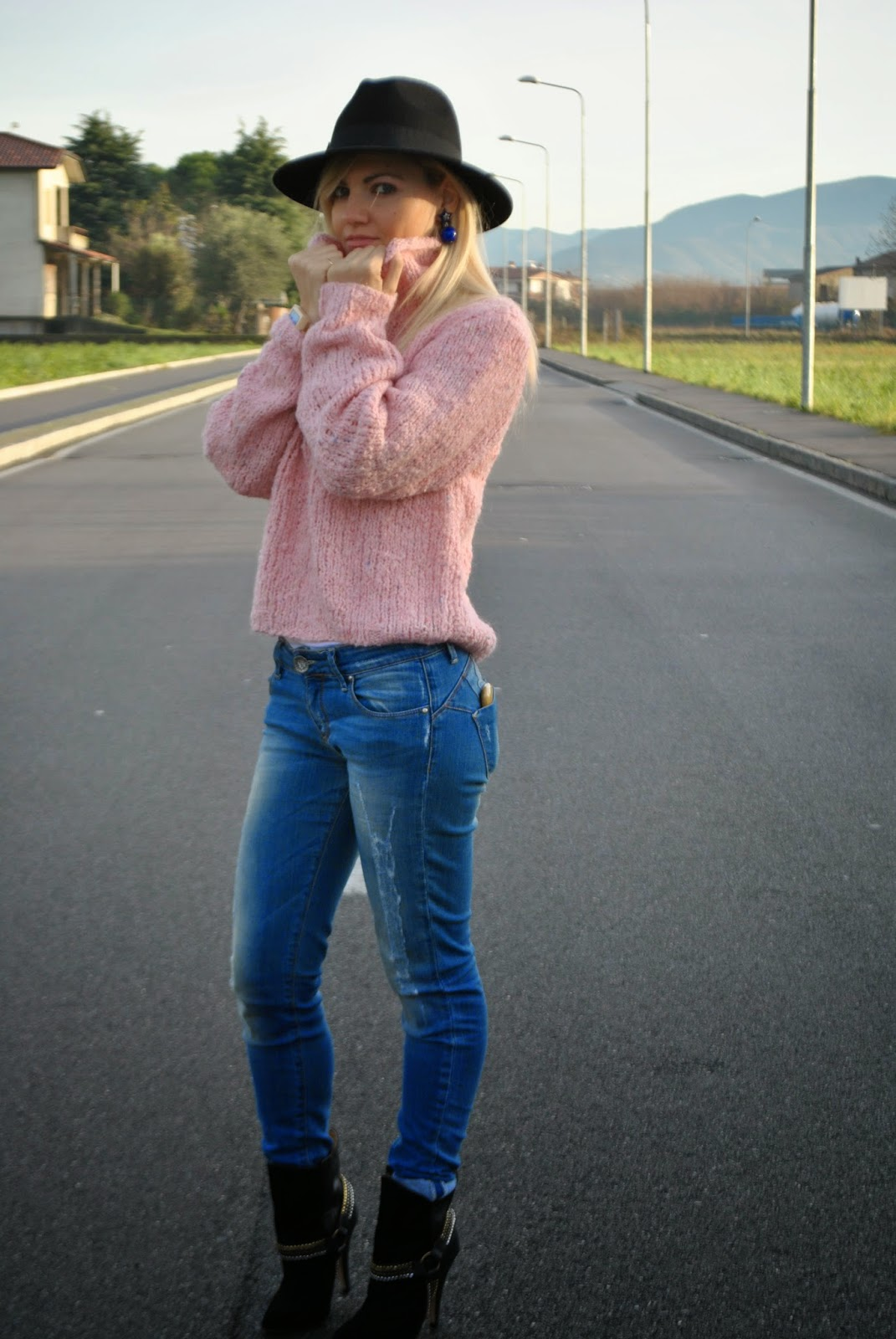 outfit maglione collo alto outfit maglione rosa outfit jeans tacchi abbinamenti jeans e tacchi cappello fedora abbinamenti cappello fedora abbinamenti maglione collo alto abbinamenti rosa outfit rosa how to wear pink how to wear turtleneck sweater how to wear fedora hat fashion blogger italiane fashion blogger bionde mariafelicia magno color block by felym outfit invernali outfit dicembre 2014 outfit eleganti invernali december outfits winter outfits orologio in legno gufo italy
