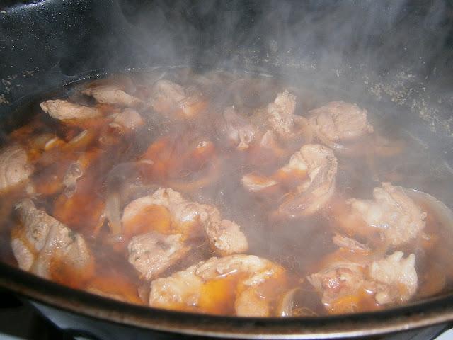 Gulasz wieprzowy z cebulą, sałatką i ziemniakami