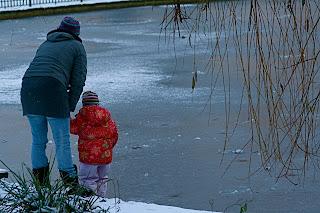 Famille berlinoise près d'un lac gelé
