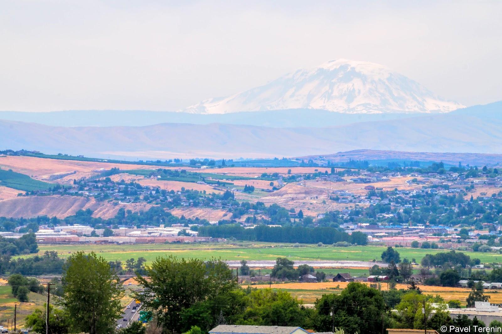 С этой зоны отдыха можно расмотреть белеющую сквозь густую голубую дымку вершину горы Рейнир, спящего вулкана высотой 4392м