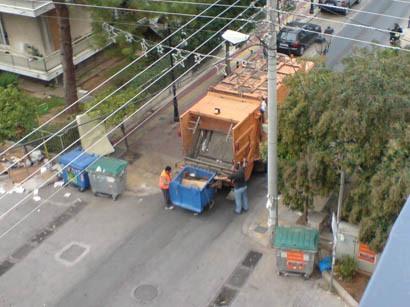 Κοινά απορριμματοφόρα αδειάζουν κάδους ανακύκλωσης