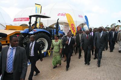 Guebuza e dirigentes na Facim 2012