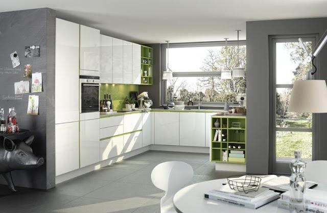 Cuisine moderne et design blanche et verte. Cuisine en U sans poignées avec passage de main laqué