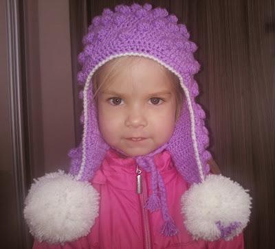 Зимняя женская шапка крючком с помпонами