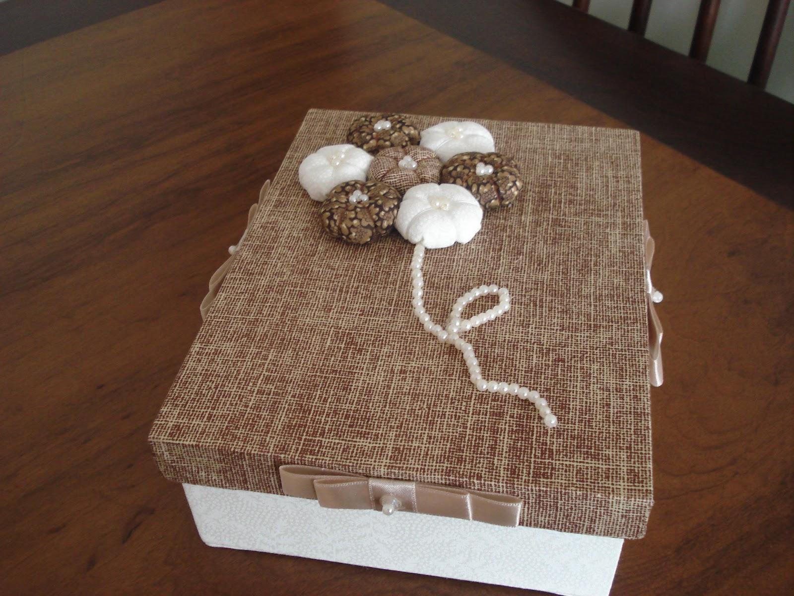Caixa de madeira (MDF) forrada com tecido e decorada com flores de  #5D3C2A 1600x1200