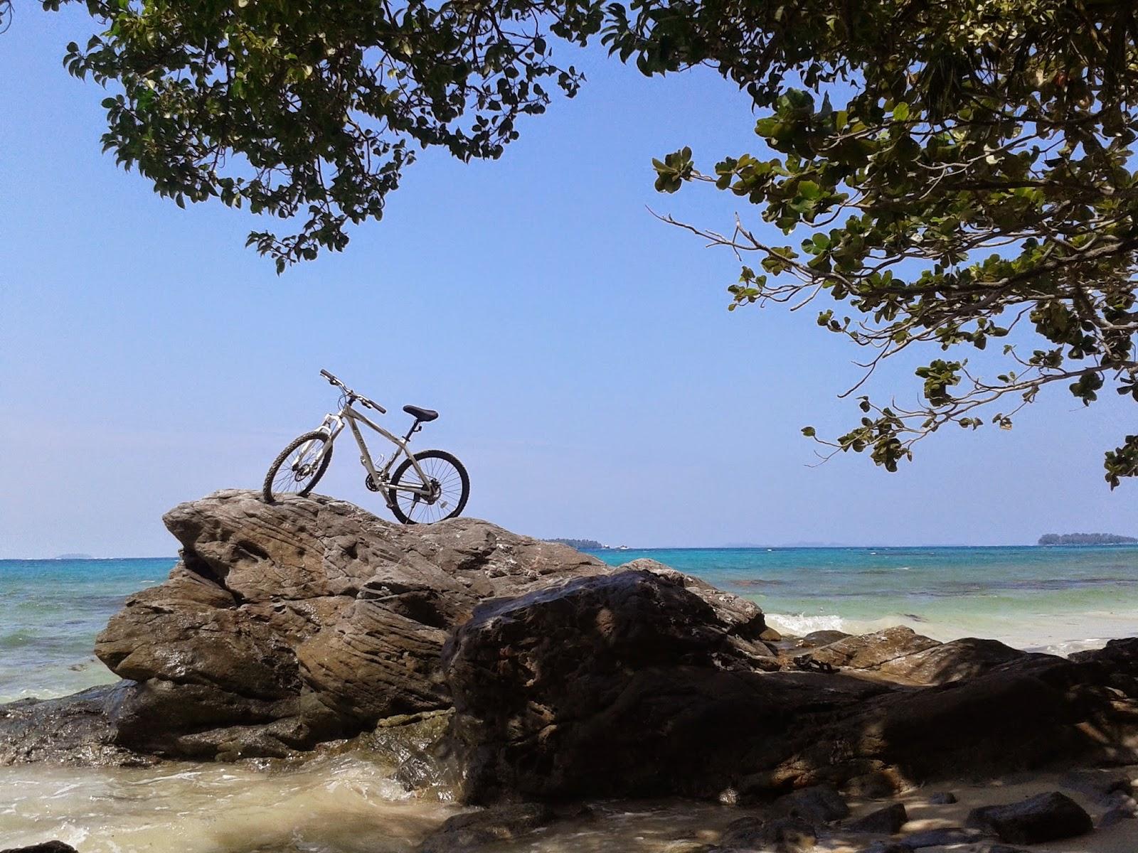 Sepeda di batu pantai Batu Putih, Kemujan, Karimunjawa