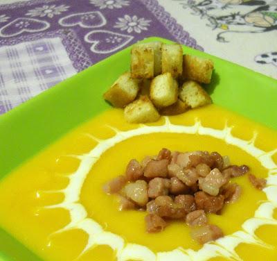 vellutata di zucca, patate e porri con speck croccante
