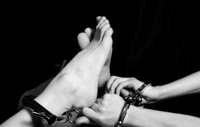 submissão da mulher prazer sexual feminino bondage fetiche por algemas cordas e fitas