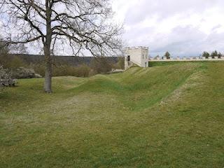 Kastell Pfünz - rekonstruierter Nordwestturm und Reste der beiden Kastellgräben