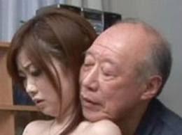 Shigeo Tokuda parece un jubiliado cualquiera, pero tiene 73 años y es