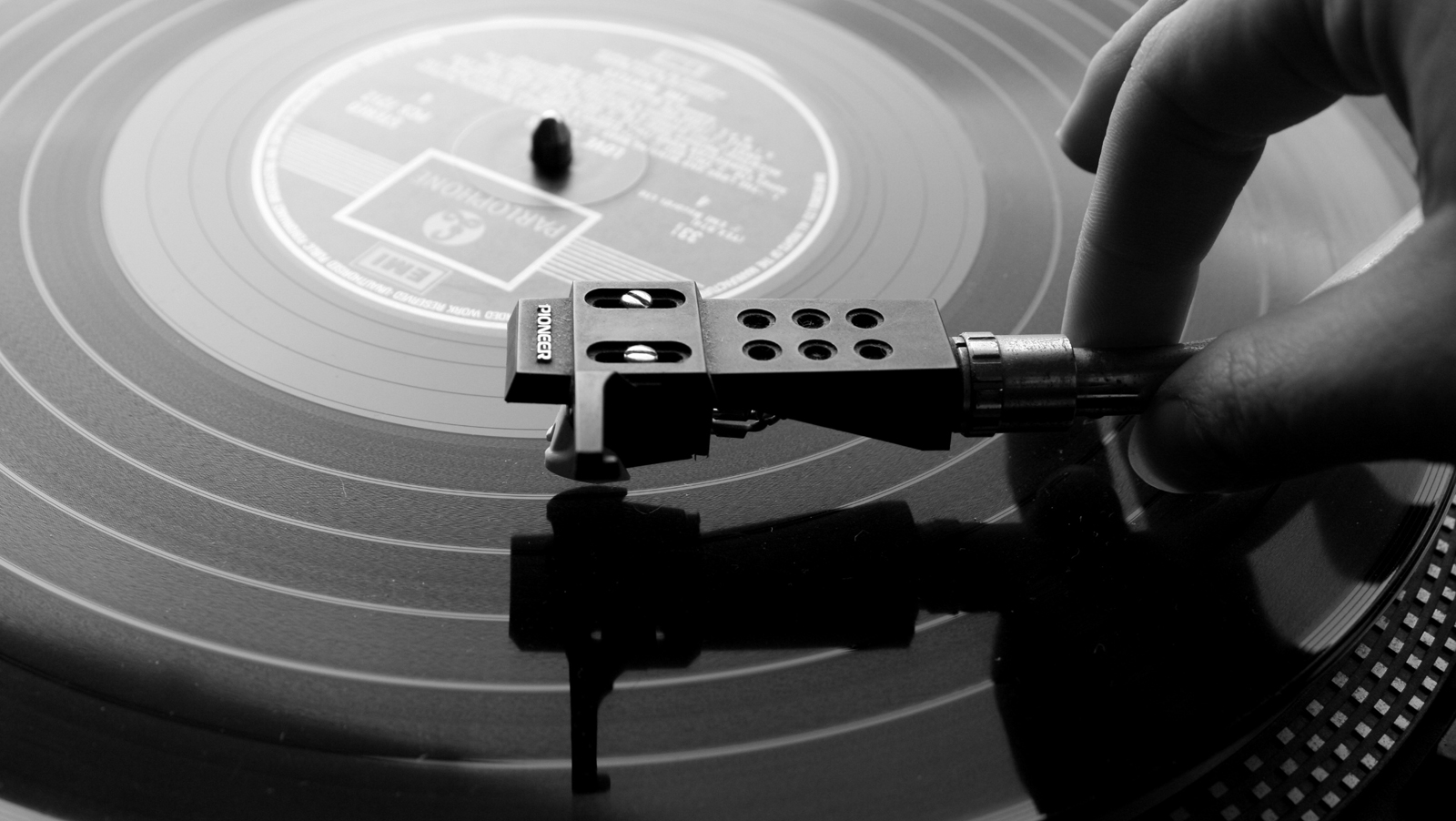 http://3.bp.blogspot.com/-X8wLj7pMbP0/Too8VODC0HI/AAAAAAAABdk/D8-bk5Dfb3g/s1600/Turntable_Record_Monochrome_Music_DJ_HD_Wallpapers_Vvallpaper.net.jpg