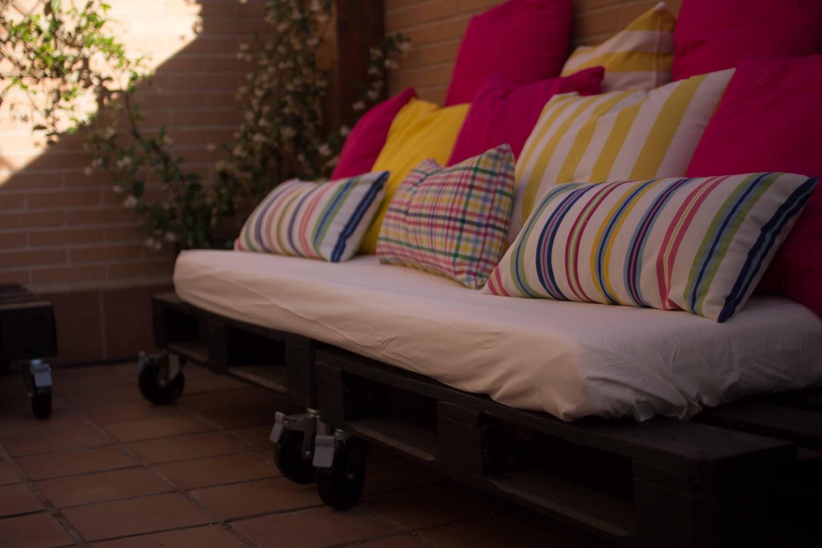 Diy c mo se hace una mesa y unos sof s de palets por for Colchoneta sofa exterior