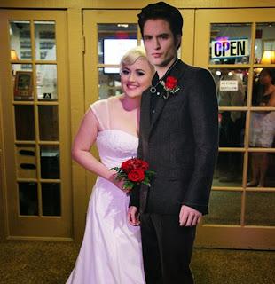 http://3.bp.blogspot.com/-X9C7Nj0Aqwo/VBH922Q0gfI/AAAAAAABPnE/yow39pSvXgc/s1600/Lauren-Adkins-and-Robert-Pattinson-cutout.jpg