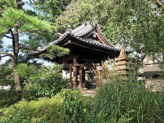 圓照寺,鐘楼堂,石造多重塔,新宿〈著作権フリー無料画像〉Free Stock Photos