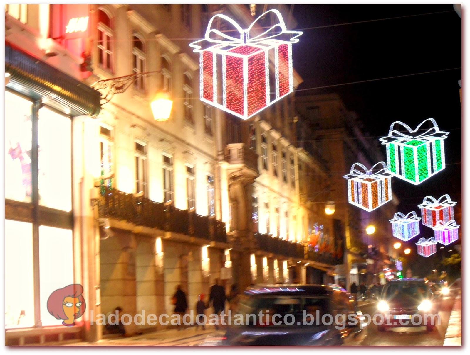 Iluminação natalícia em forma de caixas de presentes da Rua do Ouro de Lisboa, em 2014.
