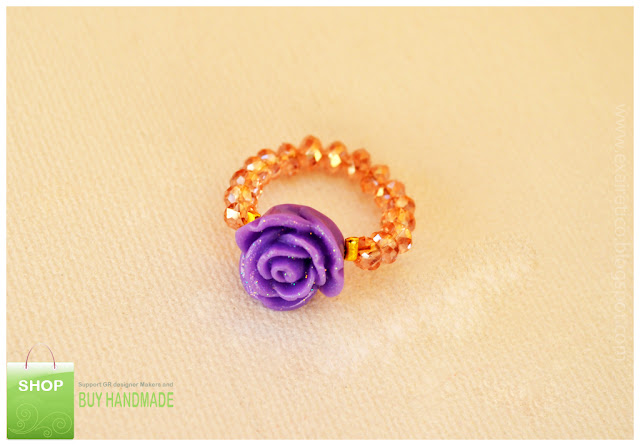 Χειροποίητο δαχτυλίδι από σομόν κρυσταλλάκια και μωβ λουλούδι με χρυσόσκονη