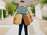 Mulher carregando malas e pacotes