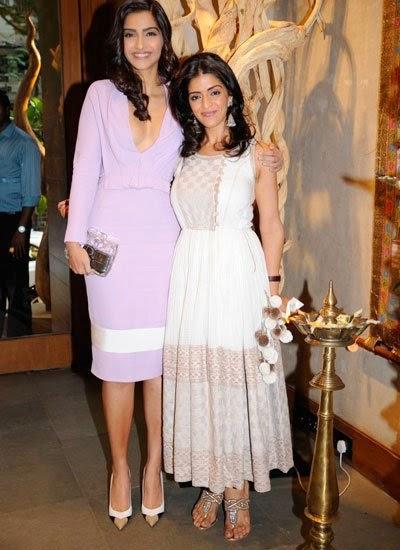 sonam-kapoor-in-extemely-revealing-dress-4