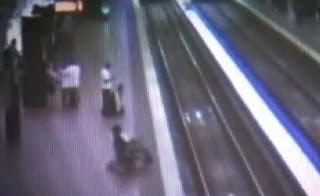 hombre en silla de ruedas en las vias del tren