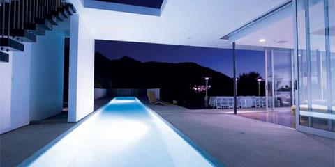 Villa moderna con piscina al aire libre ideas para for Villa moderna con piscina