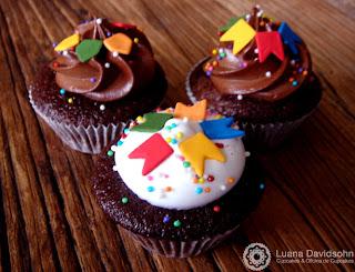 Cupcakes decorados de festa junina com bandeirinhas,