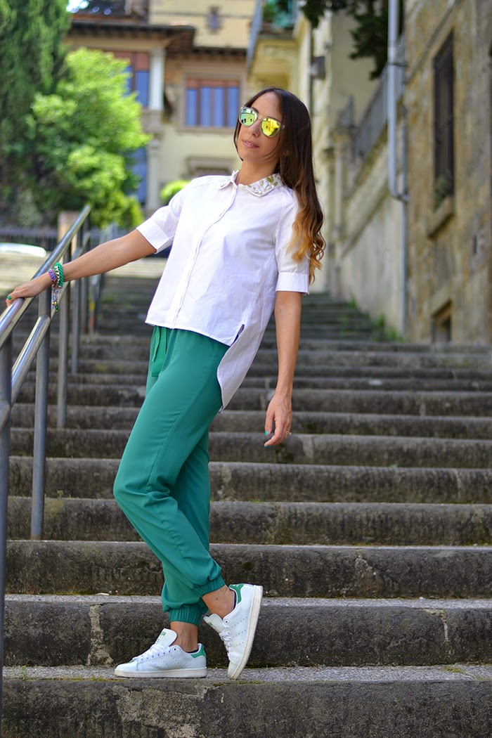 pantaloni verdi camicia bianca