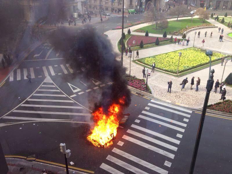 Plaza moyua colapsada por los hombres de paz