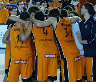 El equipo hace piña para celebrar la victoria.