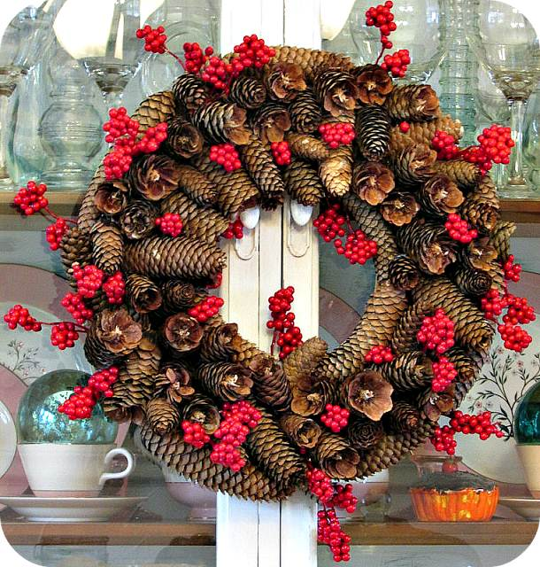 http://simplysimplisticated4.blogspot.com.es/2013/10/my-diy-pinecone-wreath.html