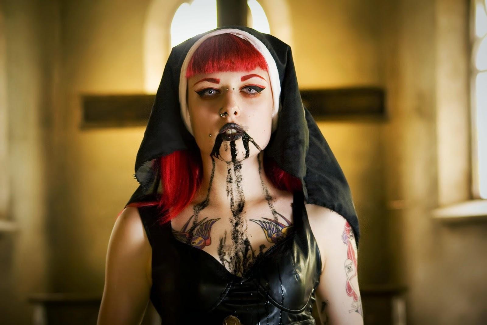 nonne gothique avec du sang noir sur la bouche par Dasha Kond