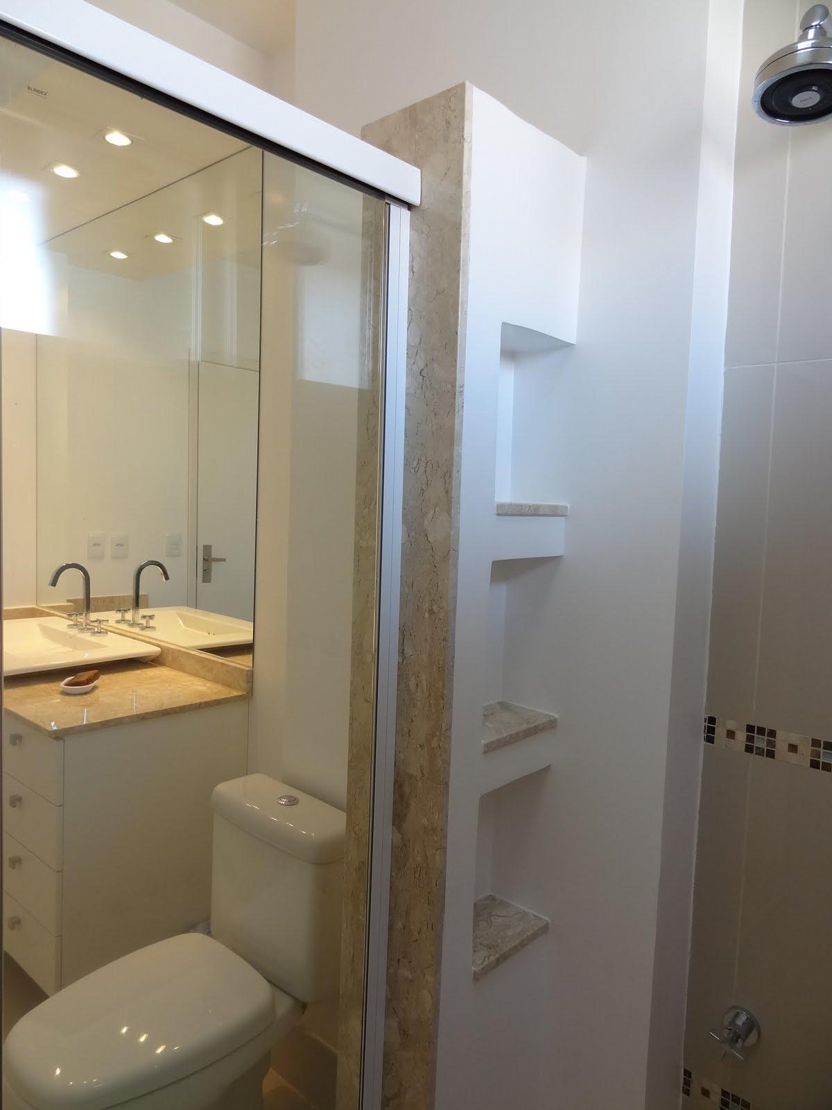 Banheiro: piso porcelanato com detalhes em placas da mozarte no piso  #916D3A 1200x1600 Arquitetura Piso Banheiro