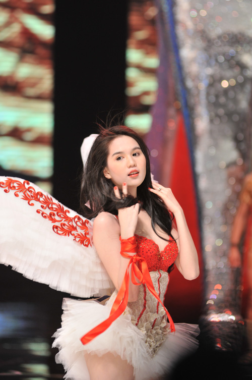 Trinh Ngoc sweet angel wings