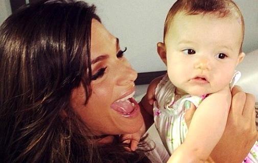 Foto de Lorena Rojas feliz junto a su bebé Lucianna