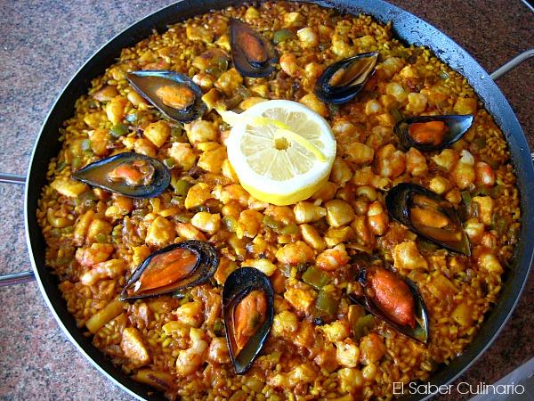 Paella de gambones y pez espada con caldo de pescado aneto - Paella de pescado ...