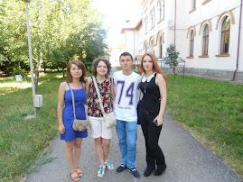 Elevul Bordea Leon (clasa a XI-a C), alături de participante la concursul Memoria Holocaustului....